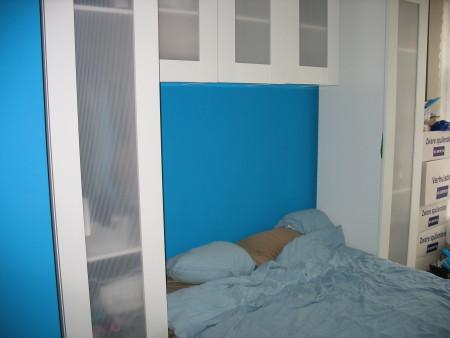 En nog een keer de slaapkamer. Ik hing later wel een plankje boven het bed, wat het geheel wat meer afmaakte.