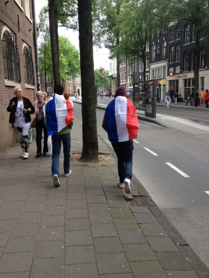"""Zaterdag gingen we naar de Toppers. Hier lopen Maran en een vriend met """"de vlag van hun land als een cape"""" naar een liedje van Yellow Claw door de stad."""