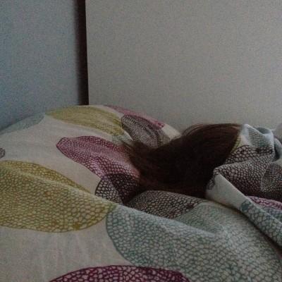 Meestal worden Maran en ik tegelijk wakker, maar sinds Esther over haar uitgerekende datum is kan ik steeds niet wachten om mijn telefoon te pakken als ik 's morgens wakker ben. Maran kan duidelijk wel wachten.