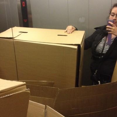's Avonds moesten Maran en ik nog even alle dozen, waar de slaapbank in verpakt zat, bij het vuilnis zetten. Ik háát dat! Gelukkig was het zo gebeurd.