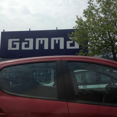 De volgende dag ging ik naar de Gamma om een zaag te kopen om de latjes mee te zagen voor de mobile.