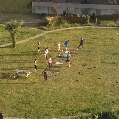 En opeens zag ik een groepje fanatiekelingen trainen in het parkje voor ons huis. Dat motiveerde Maran en mij voldoende om een uurtje te wandelen buiten.