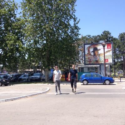 Eenmaal in Belgrado aangekomen werden we voor ons gezicht geslagen door de warmte. Hoppa, 30 graden! Hier waren Maran en Marin (geen grap, hun namen verschillen maar 1 letter) waren hier een parkeerkaartje aan het kopen.