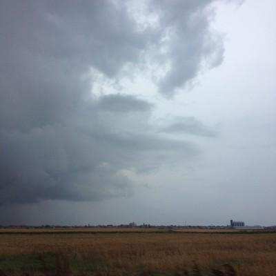 De volgende dag brachten we een bezoekje aan Belgrado. Het was flink afgekoeld, maar nu stak een enorme regenbui de kop op. Kijk, daar is die!