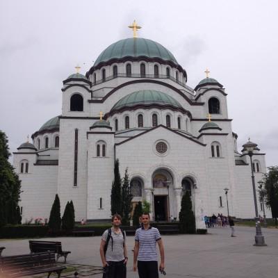 Heerlijke, toeristische foto van een gigantische kerk die van binnen nog niet helemaal af is.