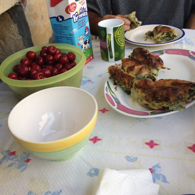 Wat een heerlijk ontbijtje. Verse kersen uit eigen boom dus met daarbij huisgemaakte (hoe noem je het precies?) pasteitjes van spinazie en witte kaas. Heerlijk!!!