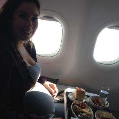 En in het vliegtuig hadden we natuurlijk gigantische stoelen en kregen we een hele goede maaltijd. Daar zit ik dan, met m'n enorme pens. Wel fijn dan hoor, die grote stoelen.
