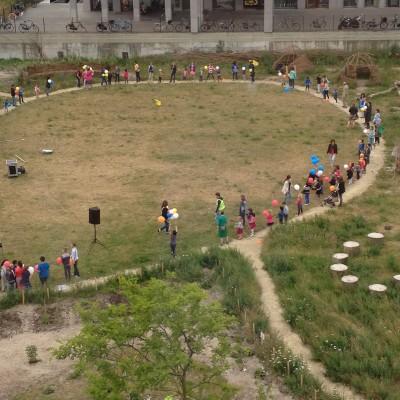 En als leuke actie wilden ze dat alle kinderen een rij zouden vormen en heliumballonnen aan elkaar zouden doorgeven. Als ex-juf wist ik natuurlijk wat er zou gaan gebeuren...