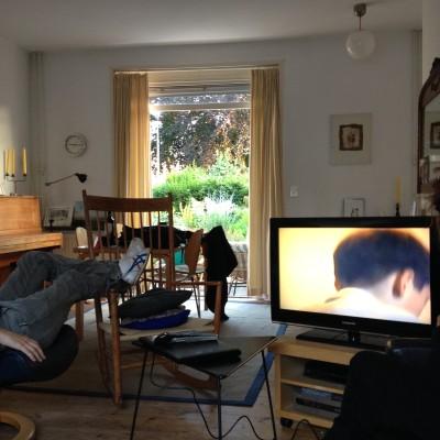 Bij mijn schoonouders werden we heerlijk in de watten gelegd. Na het eten gingen we videos van vroeger kijken, om vast in de stemming te komen. Hier het  10-jarige achterhoofd van mijn echtgenoot.