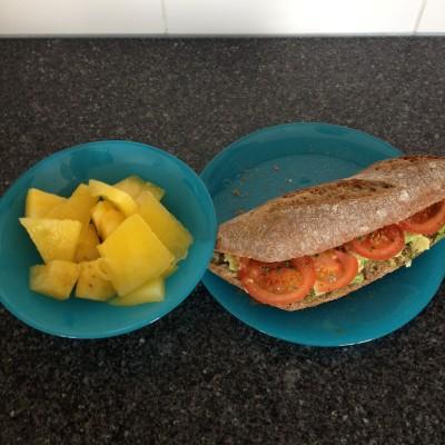 Thuisgekomen maakte ik deze gezonde lunch voor Maran en mezelf. In het schaaltje zit trouwens gele watermeloen, die een chemisch smaakje had. No thanks!