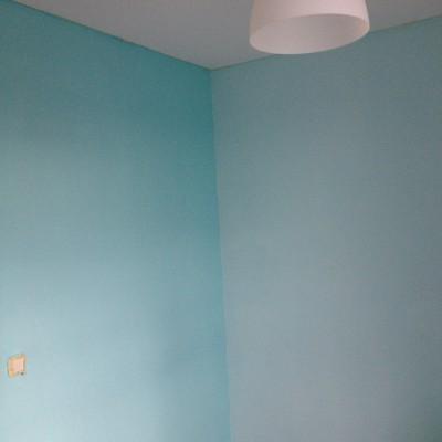 Een update van de babykamer. Rare foto, maar het hok is te klein om een goede overzichtsfoto te maken...