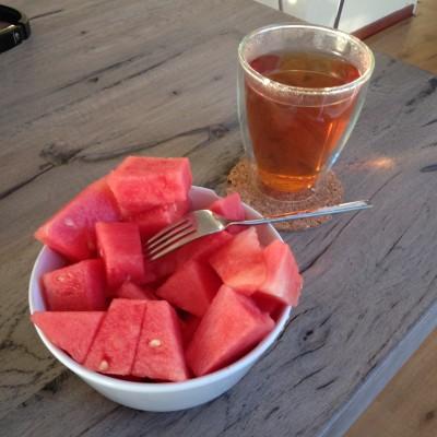 Maandagochtend begon met een grote schaal watermeloen en een kop rooibosthee. Ik vind rooibosthee niet echt lekker, maar het schijnt goed te zijn voor de bloeddruk en voor de (ongeboren) bebeh.