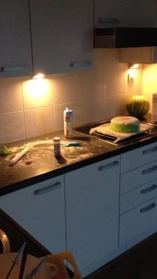 Uuggh! Wat een zooi. En de taart lukte niet zoals ik het wilde. Ik besloot alles op te ruimen en het voor de volgende dag te laten.