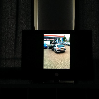 """Iedere ochtend liggen Maran en ik nog lekker een half uurtje te browsen op onze telefoontjes (nu kan het nog...) Opeens zei hij: """"never forget"""" en ik dacht: """"eh, jongen, heb je een stroke?"""" Totdat ik naar onze televisie keek, die hij toevallig had aangedaan en geconfronteerd werd met een foto van onze oude Peugeot. Hihi."""
