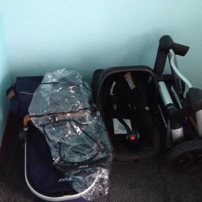 Ta-daa! De babyspullen in een hoek van de babykamer gegooid. Zoeken we een beter plekje voor als we  1. de babymeubels hebben 2. de trapkast hebben uitgeruimd.