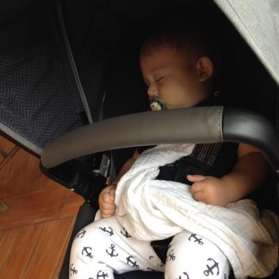 En moet je dat lieve kleine ventje eens lekker zien slapen!