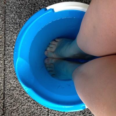 Dus ik gooide een emmer vol met koud water en ijsklontjes en ging er lekker met mijn voeten in zitten. Hielp overigens niet.
