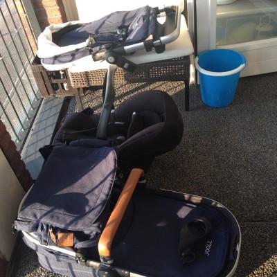 We besloten afgelopen week om toch de kinderwagen en Maxi Cosi op het balkon te laten uitwaaien. Ze stonken zo naar 'nieuw'.