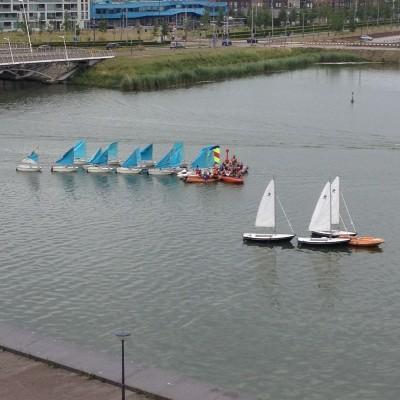 Iedere vrijdag in de zomervakantie komen er allemaal zeilbootjes langs van kinderen die het aan het leren zijn. Zo lief!