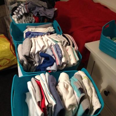 Dit is het resultaat van een deel van mijn werk de afgelopen week. Alle babykleertjes in maat 50/56 gesorteerd, gewassen, gestreken en opgevouwen.