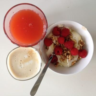 Zoals ik al zei, bedroevend weinig foto's. Hier is er dan toevallig één van mijn favoriete ontbijtje: griekse yoghurt met walnoten, honing en frambozen. En koffie verkeerd met soyamelk en aardbeiensap.