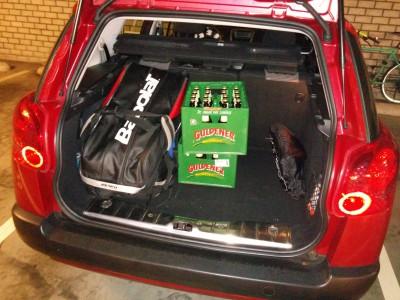 De kofferbakruimte in onze nieuwe auto viel uiteindelijk best tegen. Ik had kratjes bier besteld bij de AH-bezorgservice, zodat ik aan het benodigde bedrag kon komen. Maar die konden uiteindelijk niet mee, want behalve die tassen links, moesten ook alle spullen van Peter, Maran en mijzelf er nog in. Ai!