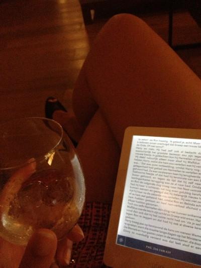 Ooh een wijntje en mijn ereader. Als ik een goed boek heb is dit een gouden combinatie!