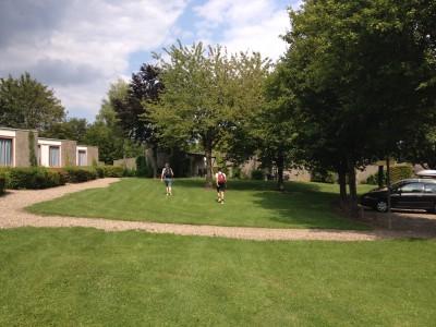 Het bungalowpark is best heuvelig en we moesten onze auto beneden parkeren. Iedere keer viel het me dus stiekem toch tegen om de heuvel te beklimmen om bij ons huisje te komen!
