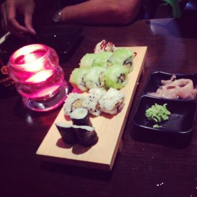 We hebben een avond sushi gegeten. En daar hoor je natuurlijk een foto van te maken! Ik eet natuurlijk alleen de niet-verse-vis-varianten.