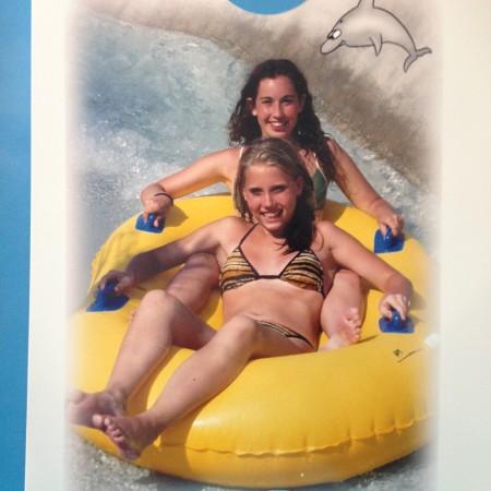 Ik kreeg deze foto van mijn nichtje. Wij in een Italiaans waterpark als twee tieners. Zij 14, ik 16. Ik vind echt dat ik er hier uitzie alsof ik net 10 ben. Wat een ukkie!