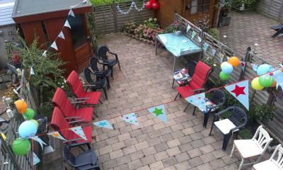 De versierde tuin van mijn ouders. Nu nog zonder bezoek.
