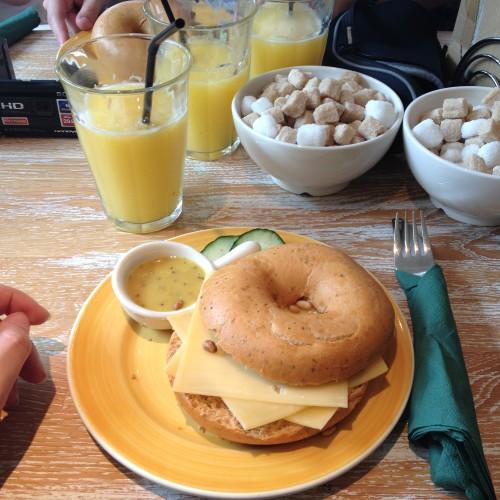 We gingen lekker lunchen bij Bagels & Beans. Ik ben sinds kort verslaafd aan broodjes met oude kaas. Dit was dus een topper!