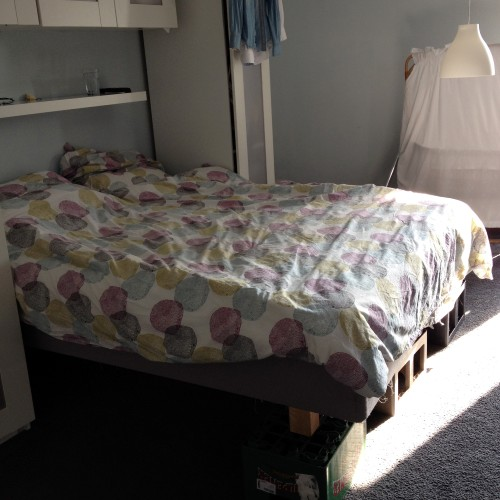 Donderdag zetten we ons bed op kratjes. Zoals ik al zei: ons lijstje is zo goed als af! :-)