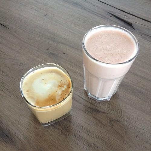 Ik herontdekte onze blender. Hier een ontbijtje met banaan-yoghurt-aardbei smoothie.
