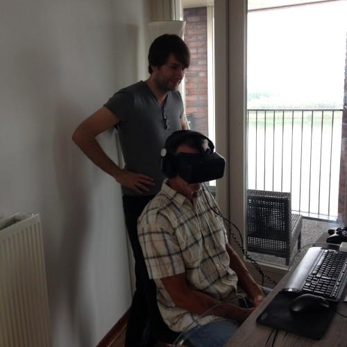 Zaterdag kwam mijn vader langs om de laatste dingetjes in de babykamer op te hangen. Maran had een tijdje geleden een Oculus Rift besteld en die wilde mijn vader graag uitproberen. Ik heb in een deuk gelegen!