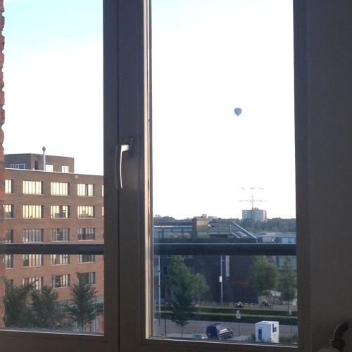 Opeens verscheen er een luchtballon boven Amsterdam. Raar!