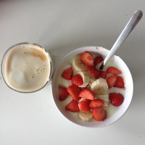 Weer even tijd voor een ontbijt-foto. Ik ben nu verslaafd aan vanilleyoghurt in combinatie met banaan (en aardbeien)