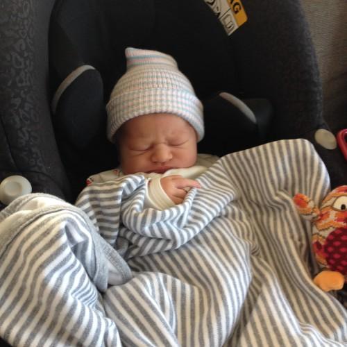 Nim met zijn gefronsde, opgezwollen, pasgeboren babyhoofdje in de Maxi Cosi op weg naar huis.