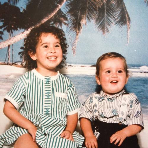 Afgelopen week was het broer-zus-dag. Dit zijn mijn broertje en ik. Vergis je niet, we zaten voor een scherm, niet op een echt tropisch strand...