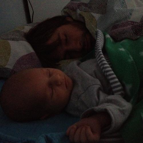 Nim was afgelopen week één nacht heel onrustig. We hadden hem dus tussen ons in gelegd en de volgende ochtend werd ik zo wakker.