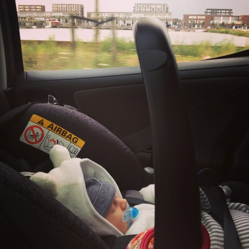 We gingen voor het eerst met Nim de auto in om op bezoek te gaan bij mijn ouders.