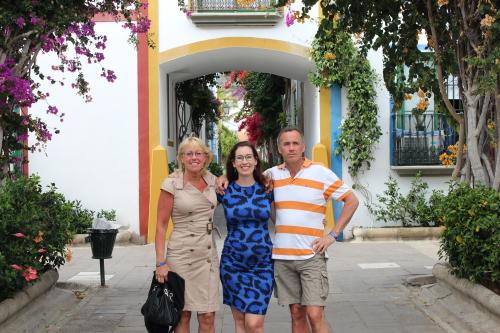 Met mijn ouders en ieniemienie-buikje in Puerto de Mogàn en ja, dat is Shirleys jurkje!)