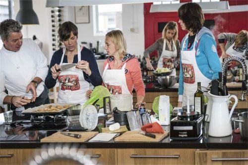 Bertie en haar vrouwen tijdens de kookcursus