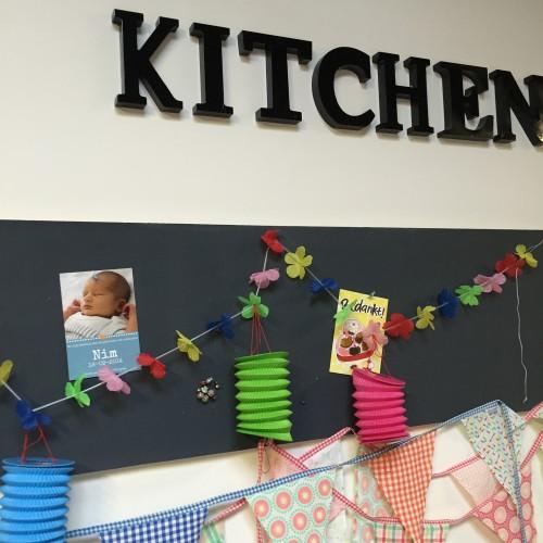 Erg leuk trouwens, dat Nim's geboortekaartje nog in de keuken hangt! :-)