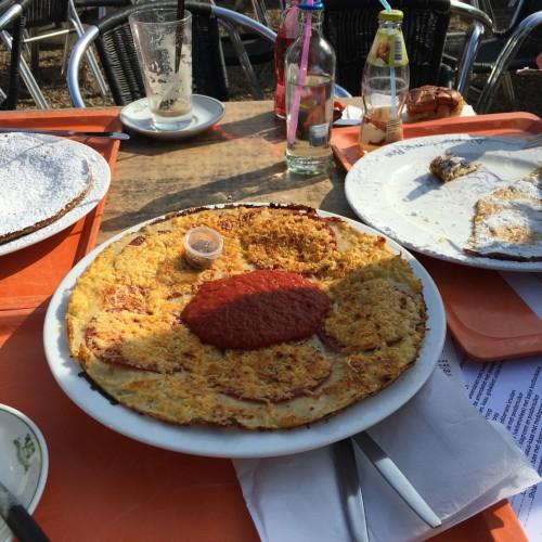 We gingen lunchen bij boerderij Meerzicht, waar ik een pannenkoek met salami, kaas en tomatensaus bestelde. Ik houd niet zo van pannenkoeken, maar als ze op pizza's lijken wel ;-) Deze foto stuurde ik naar Maran om hem jaloers te maken. Hij heeft het me nog steeds niet vergeven!