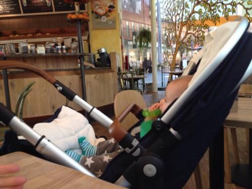 Donderdag kwamen Maran's ouders even langs om hun kleinzoon weer te zien. We gingen gezellig lunchen bij Bagels & Beans.