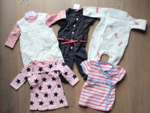 Haar pakjes en jurkjes. Zo schattig allemaal! Gek ook trouwens om nu ook jurkjes aan de garderobe toe te kunnen voegen!
