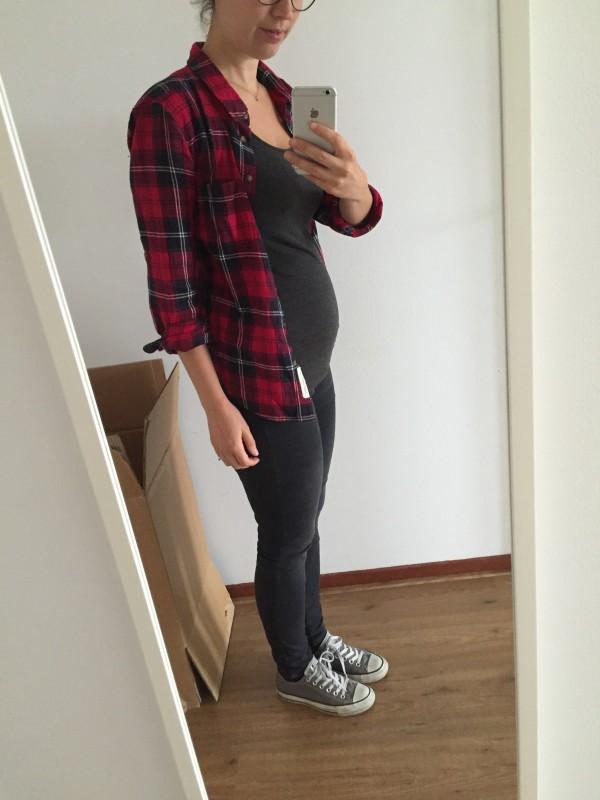 Godzijdank. Weer kleding aan. Hier was ik 7 a 8 weken zwanger en ik vond mijn buik al behoorlijk zichtbaar. Ik was me ondertussen erg druk aan het maken over wat ik aan moest op de verjaardag van mijn oma, om de zwangerschap nog te maskeren. Aansteller.